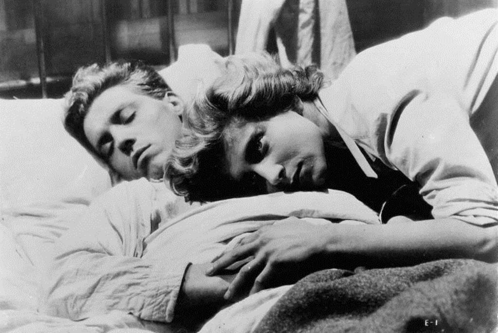 Nicole Stéphane et Edouard Dermithe, dans Les enfants terribles réalisé par Jean-Pierre Melville en 1950, d'après le roman de Jean Cocteau