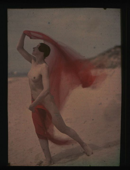 Ernest-Louis Lessieux. 3Tatiana sur une plage d'Oléron (titre factice) après 1907. Autochrome. © Alienor.org