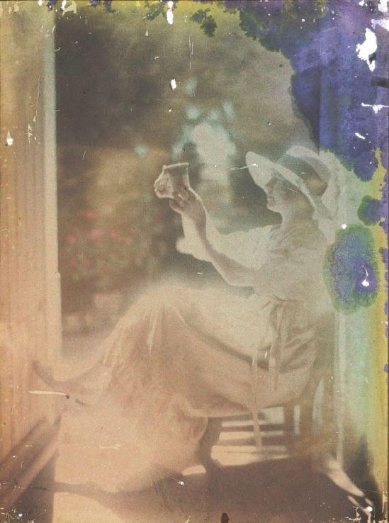 Ernest-Louis Lessieux. femme au chapeau assise près d'une porte (titre factice) après 1907. Autochrome. © Alienor.org