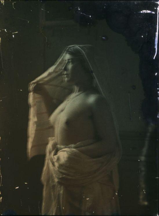 Ernest-Louis Lessieux. Femme drapée posant dans un intérieur(titre factice)  après 1907. Autochrome. © Alienor.org