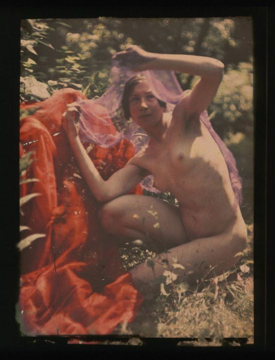 Ernest-Louis Lessieux. Tatiana posant accroupie sous un voile (titre factice) après 1907. Autochrome. © Alienor.org