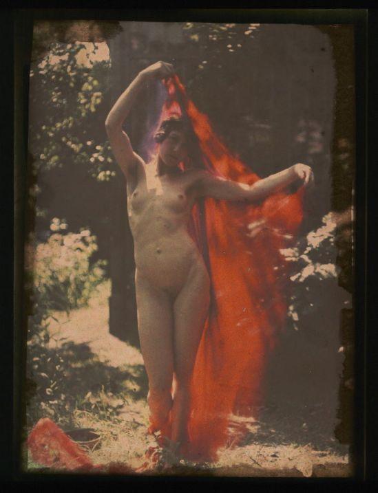 Ernest-Louis Lessieux. Tatiana posant nue avec un voile rouge (titre factice)  après 1907. Autochrome. © Alienor.org