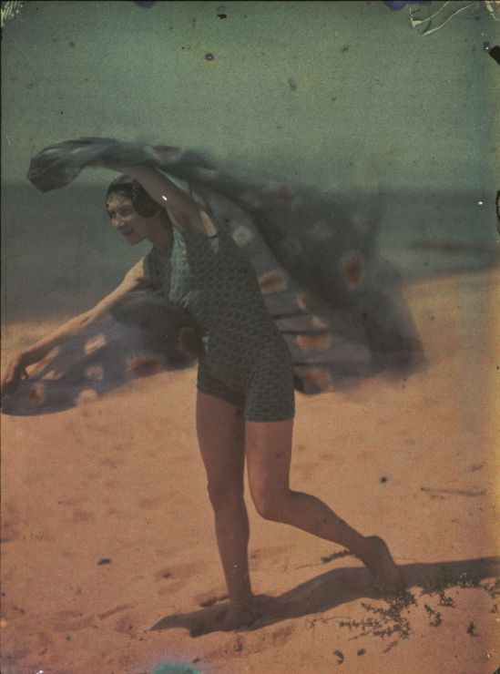 Ernest-Louis Lessieux. Tatiana sur une plage d'Oléron (titre factice) après 1907. Autochrome. © Alienor.org