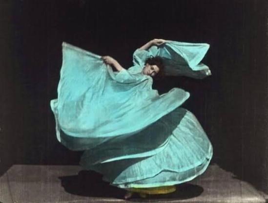 Frères Lumière. Loïe Fuller. Danse Serpentine 1899. Via babszynska on tumblr