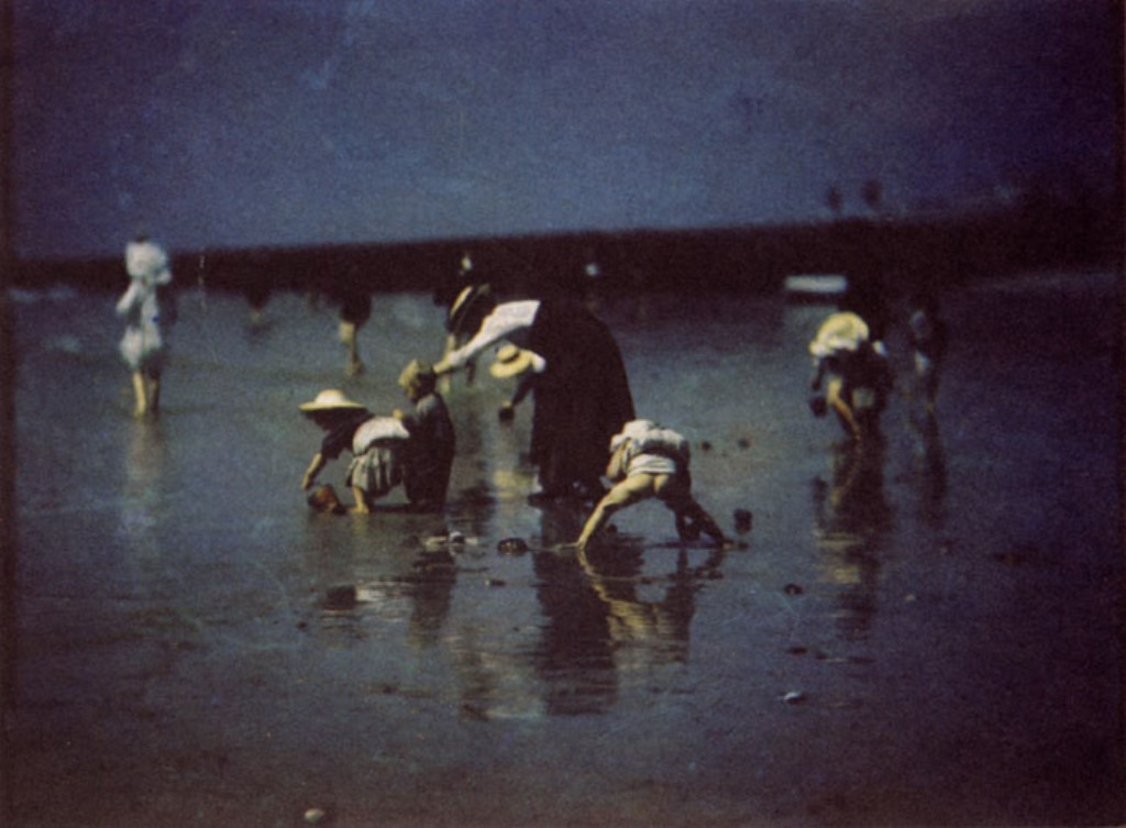 Otto Pfenninger. Children playing on the beach at Brighton 1906. Autochrome. .pngPhotograph courtesy of the Royal Photographic Society