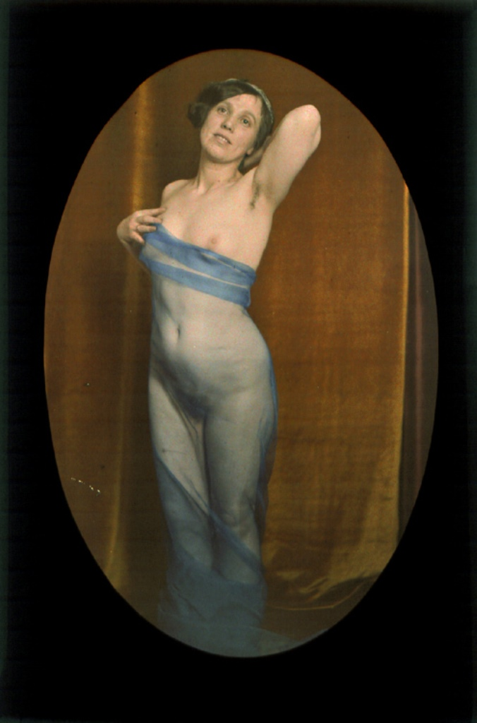 Photographe anonyme. Female nude draped with blue veil. 1907-1910. Autochrome. Via iphotocentral