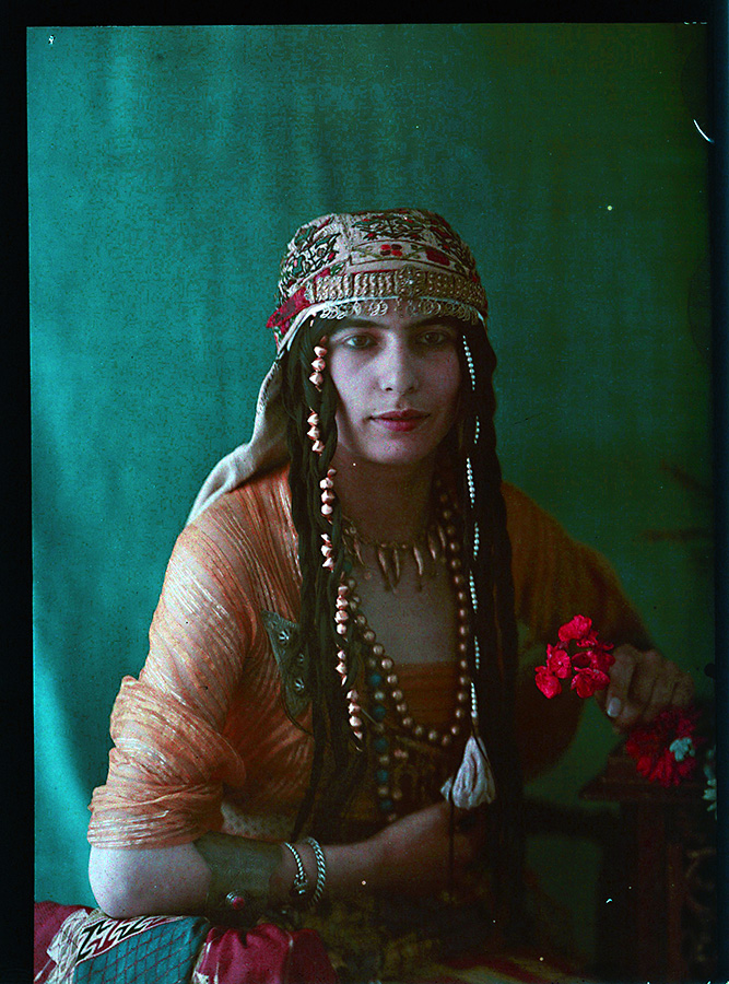 Photographe anonyme.  Middle eastern woman holding flowers 1910. Autochrome. Via iphotocentral