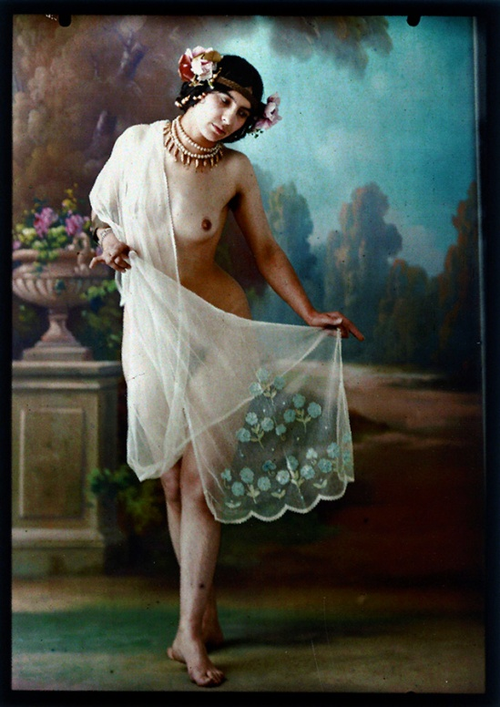 Photographe anonyme.   Standing female nude 1910. Autochrome. Via iphotocentral