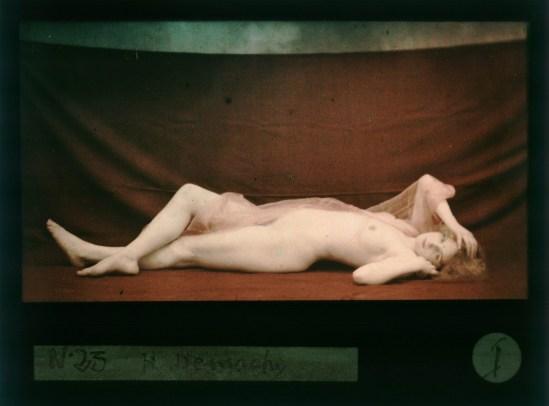 Robert Demachy. Nu féminin allongé, drapé d'un voile rose 1907-1915. Via bnf
