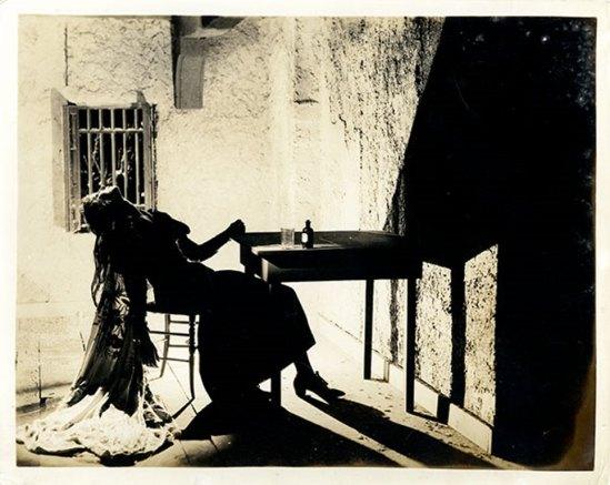 Desconocido. Rosa Rolando (Rosa Covarrubias) en escena de teatro representando un suicidio. Via catarinaudlap