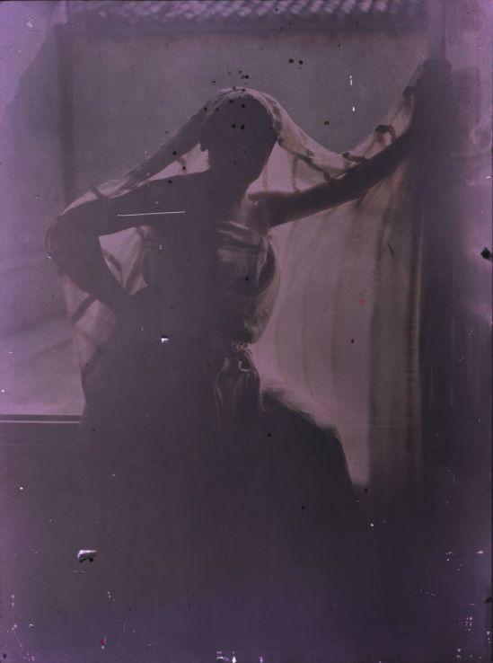 Ernest-Louis Lessieux. Femme en pied posant devant une fenêtre après 1907. Autochrome. © Alienor.org
