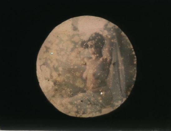 Ernest-Louis Lessieux. Femme posant assise nue (titre factice) après 1907. Autochrome. © Alienor.org