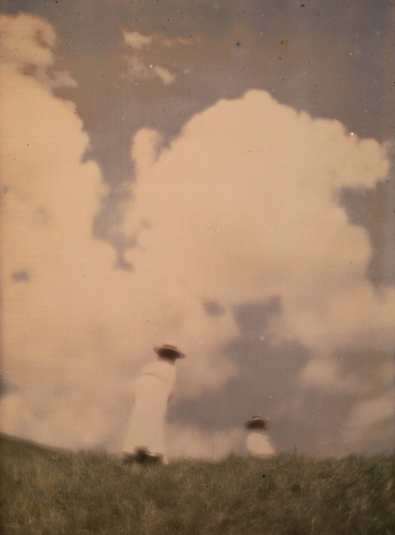 Heinrich Kühn. Miss Mary and Lotte at the hill crest 1910. Autochrome ® RMN