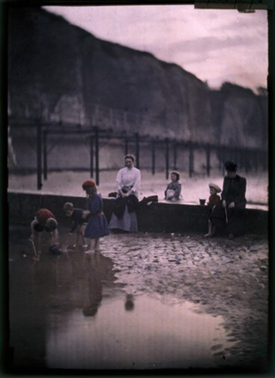 John Cimon Warburg. Children by the breakwater 1908. Autochrome. Via ssplprints