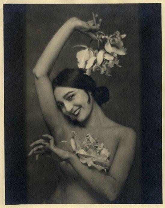 Nickolas Muray. Rosa Rolando(Rosa Covarrubias) con orquídias 1926. Via catarinaudlap
