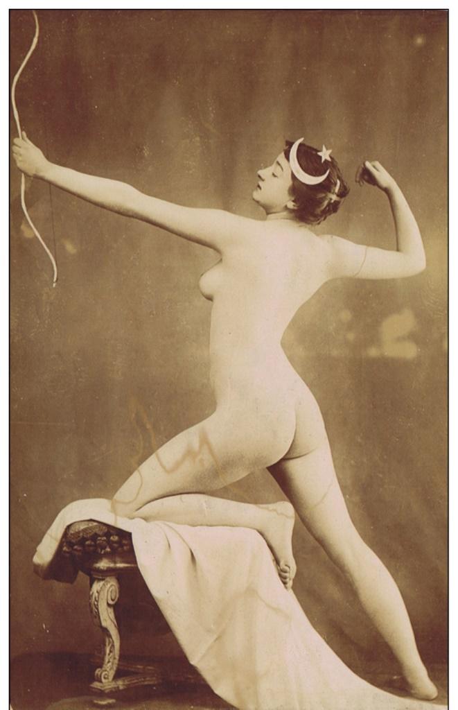 Photographe anonyme (ou Cañellas ). Femme à l´arc vers 1880-1890.Via delcampe