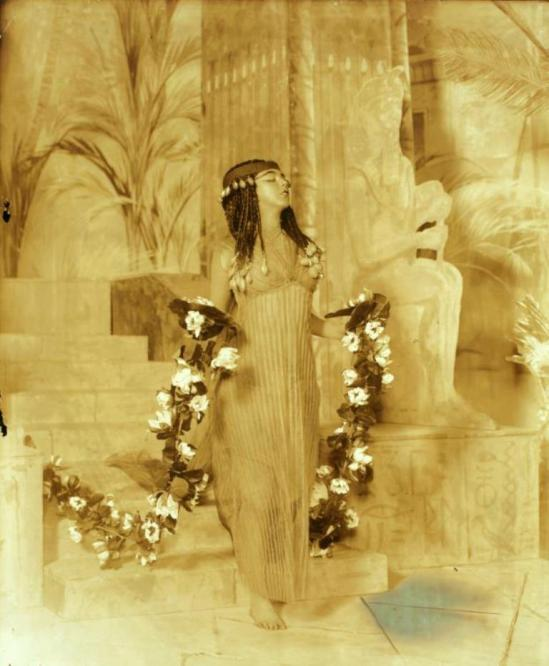 Ruth St. Denis in Egypta 1910. Via nypl