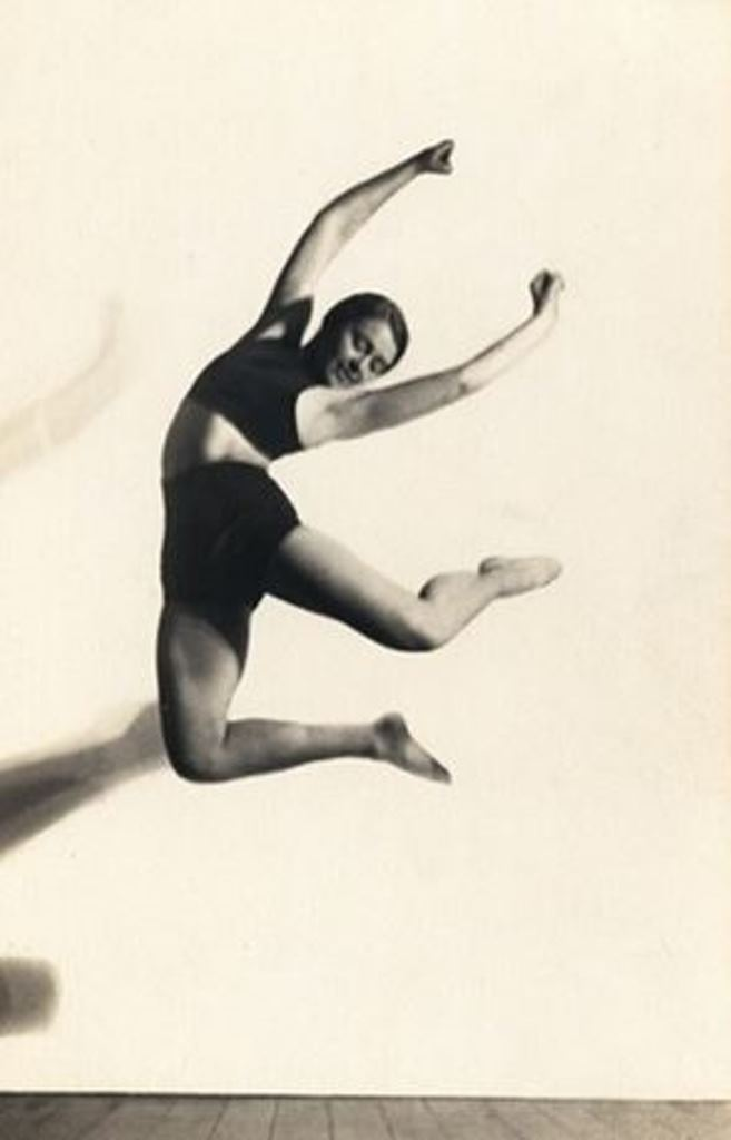 Charlotte Rudolph. Mary Wigman jumping 1925-1929. Via arnet