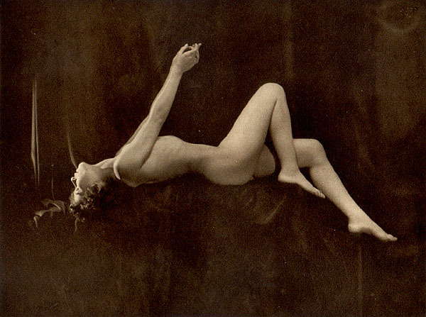 From La Beauté de la Femme10. Album du Premier Salon Internationale du Nu Photographique Paris. Daniel Masclet 1933