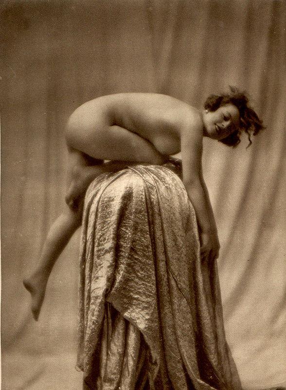 From La Beauté de la Femme13. Album du Premier Salon Internationale du Nu Photographique Paris. Daniel Masclet 1933