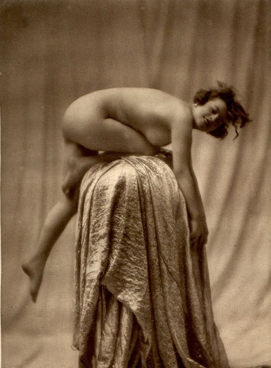 From La Beauté de la Femme13. Album du Premier Salon Internationale du Nu Photographique Paris. Daniel Masclet 1933