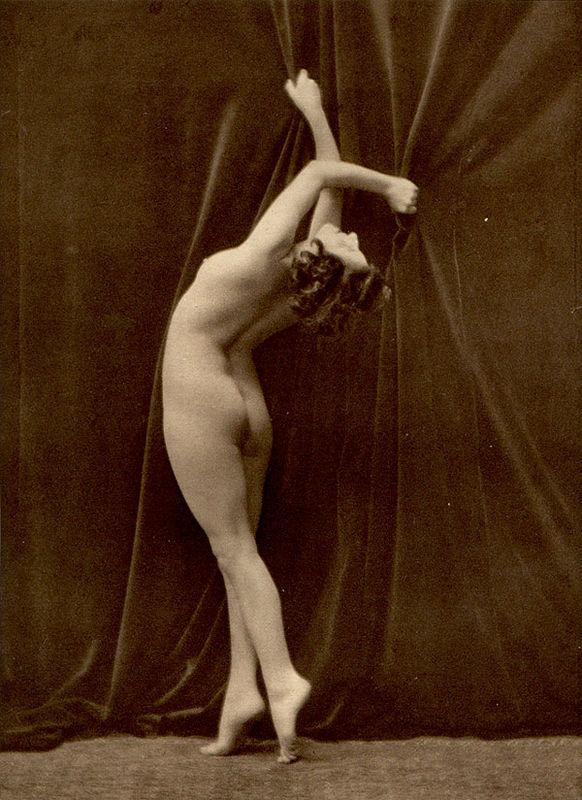 From La Beauté de la Femme15. Album du Premier Salon Internationale du Nu Photographique Paris. Daniel Masclet 1933
