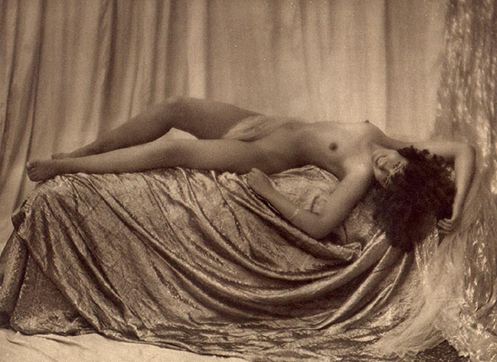 From La Beauté de la Femme5. Album du Premier Salon Internationale du Nu Photographique Paris. Daniel Masclet 1933
