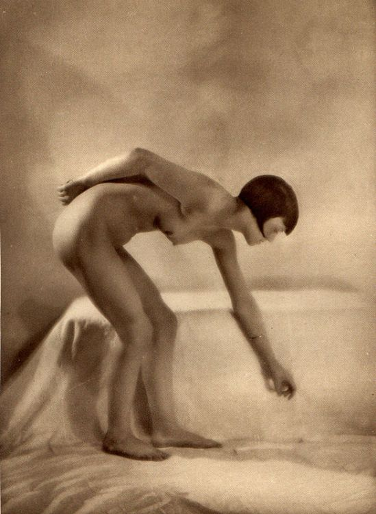 From La Beauté de la Femme7. Album du Premier Salon Internationale du Nu Photographique Paris. Daniel Masclet 1933