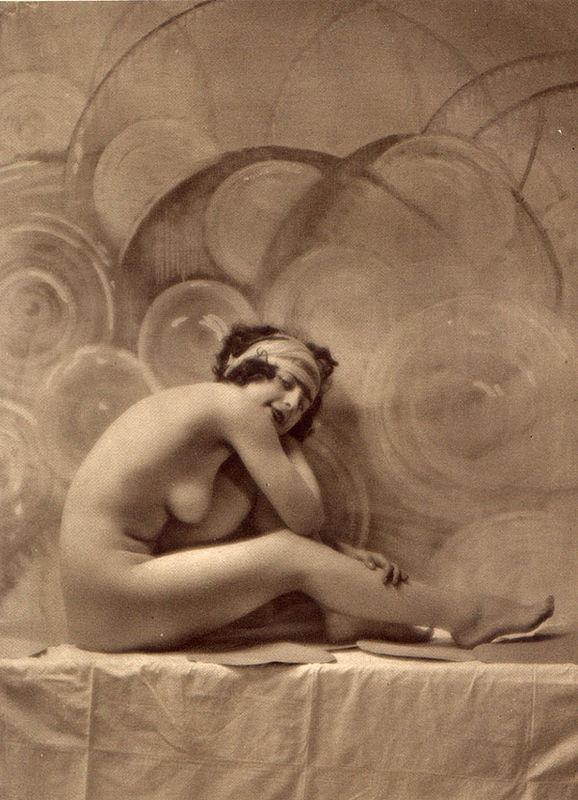 From La Beauté de la Femme8. Album du Premier Salon Internationale du Nu Photographique Paris. Daniel Masclet 1933