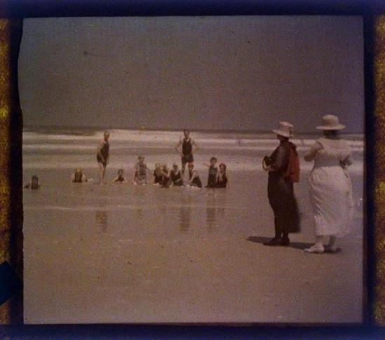 charles-c-zoller-people-on-beach-1923-autochrome-via-eastmanuseum