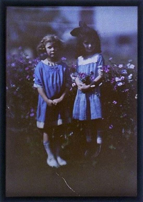 charles-c-zoller-two-girls-in-front-of-flowering-bush-1907-1932-autochrome-via-eastmanuseum