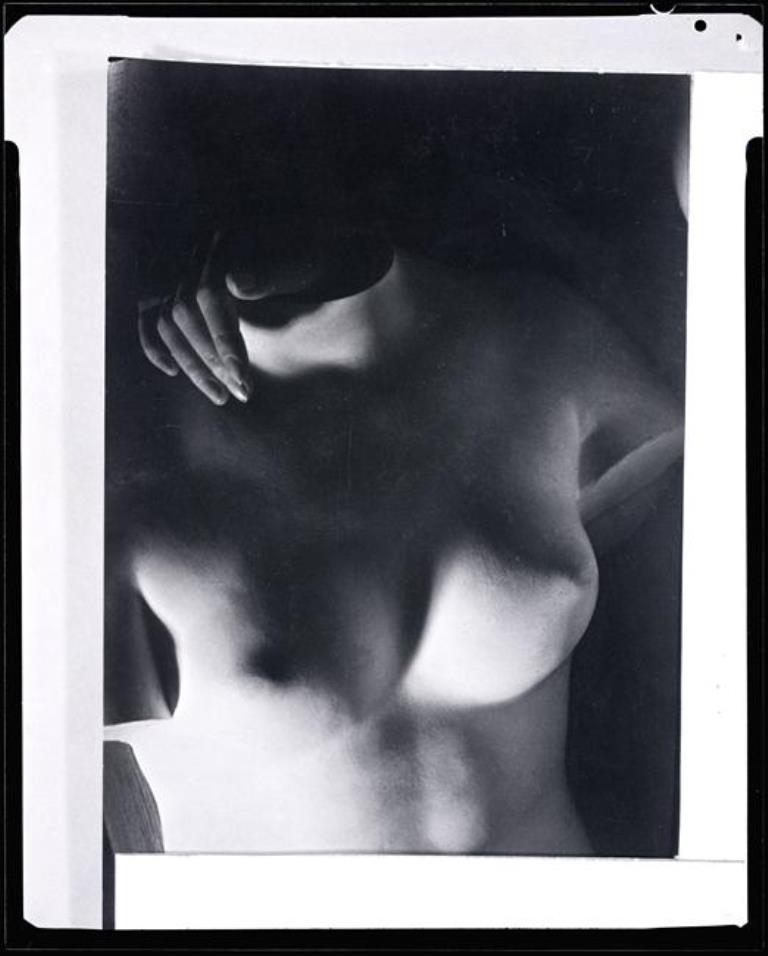 man-ray-reproduction-de-la-photographie-dun-torse-avec-une-main-de-femme-vers-1945-man-ray-trust