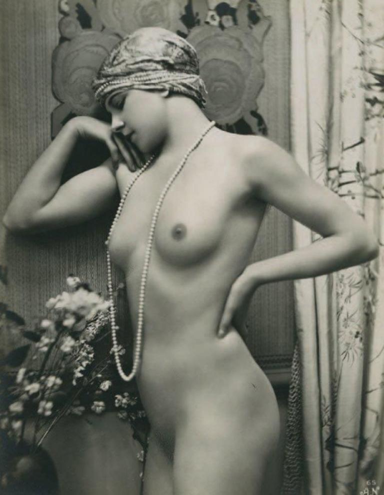 Alfred Noyer. Nu à la grappe de raisins et au collier de perles vers 1930. Via chayette.png