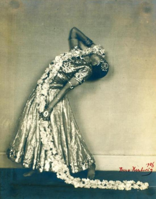 aura-hartwig-ruth-st-denis-in-radha-1906-via-nypl