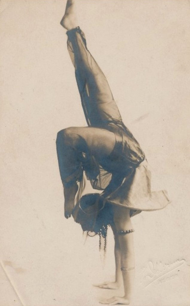 carte-photo-danseuse-algerienne-via-delcampe