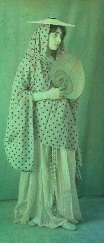 Charles Adrien (1866-1930). Etude de costume en studio. Autochrome ®SFP