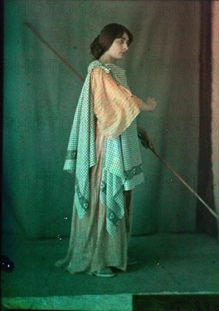 Charles Adrien. Femme vêtue à l'antique. Autochrome ®SFP