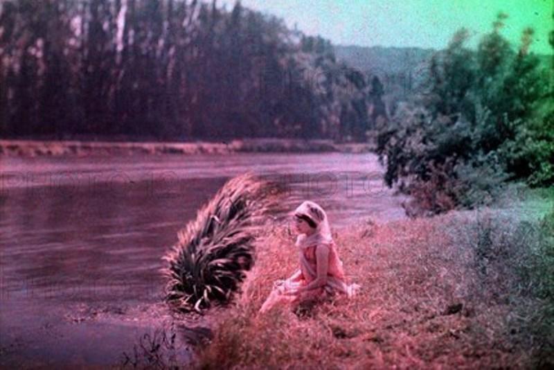 Comte de Dalmas. Femme au bord de la rivière. Autochrome ®SFP
