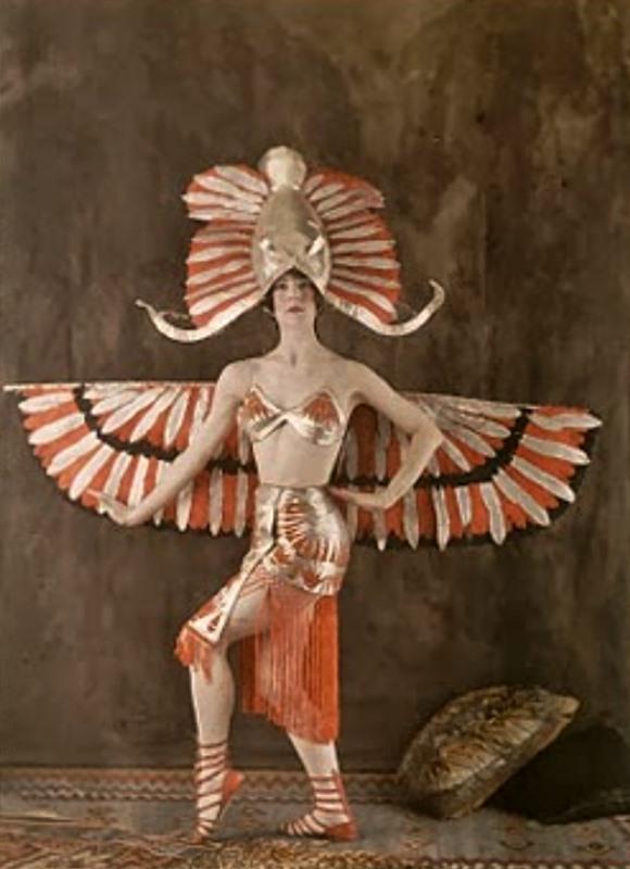 Déguisement féminin du Dieu égyptien Horus vers 1921. Salon du goût français. Autochrome. Via deepspacedaguerreotype