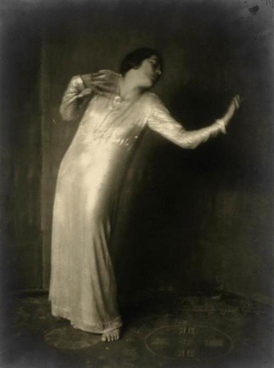 Mary Wigman in Tanz der Sehnsucht aus dem Zyklus Die sieben Tänze des Lebens 1922. Via skd