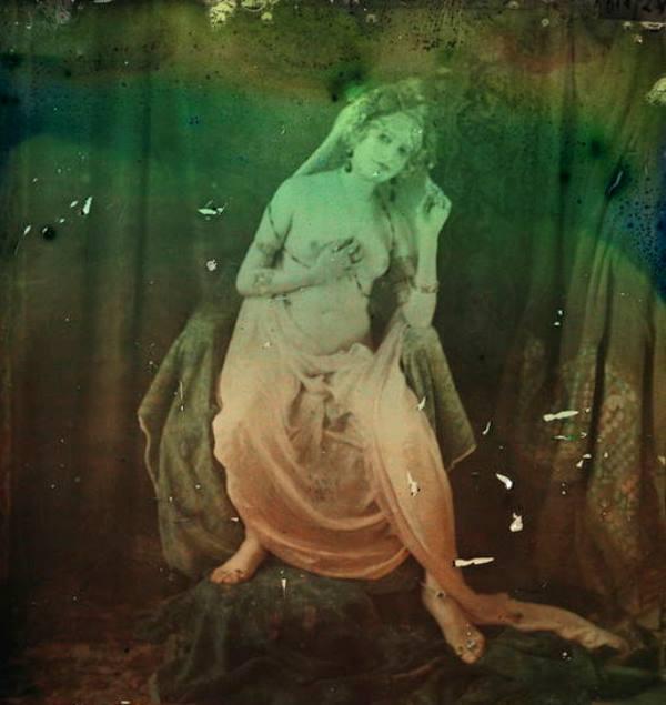 Paul Bergon. Femme posant les seins nus entre 1907 et 1912. Autochrome ®SFP