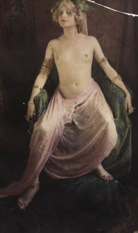 Paul Bergon. Femme posant torse nu entre 1907 et 1912. Autochrome ®SFP