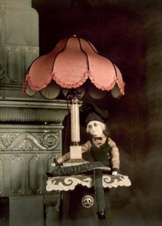 Photographe anonyme. Doll and table lamp 1910. Autochrome. Via europeanautochrome