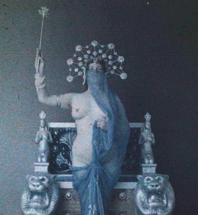 Photographe anonyme. Femme nue dans un décor aztèque 1910. Autochrome ®SFP