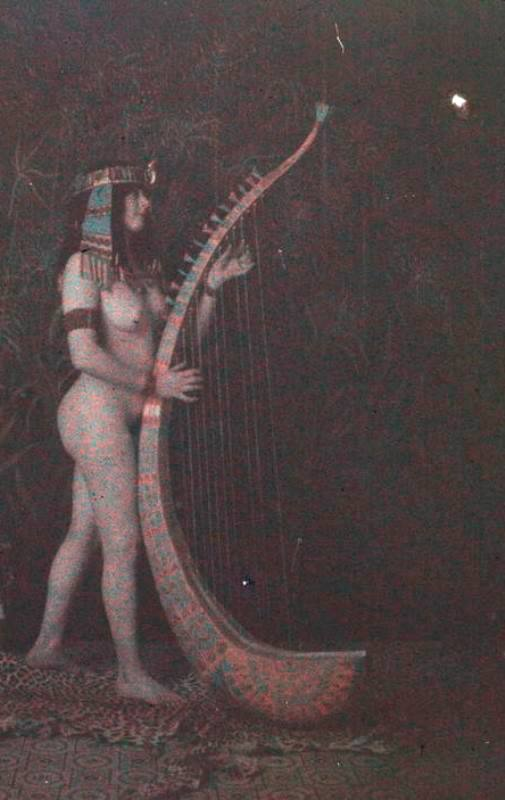 Photographe anonyme. Femme posant nue 1912. Autochrome ®SFP