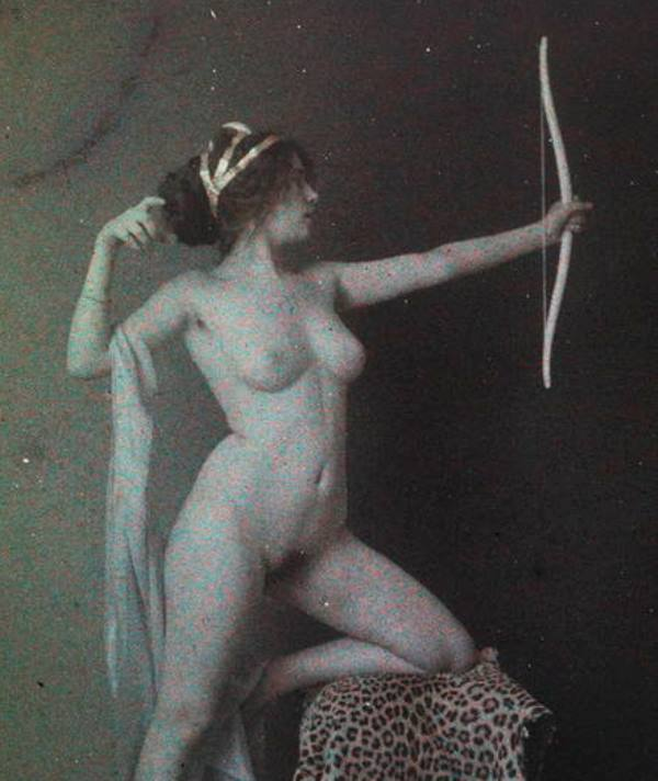 Photographe anonyme. Femme posant nue avec un arc 1911. Autochrome ®SFP