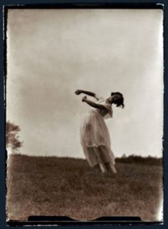Photographe anonyme. Girl dancing 1924. Via getty