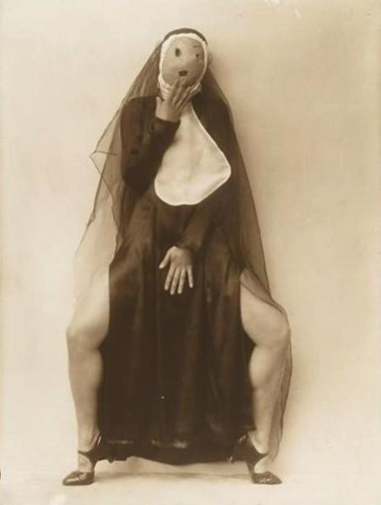 Photographe anonyme. Maria Ciberovic, tanzpose im nonnenkleid mit maske ®theatermuseum, Wien