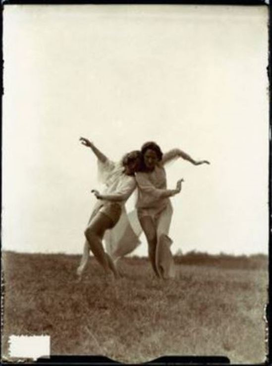 Photographe anonyme. Two girls dancing 1924. Via getty