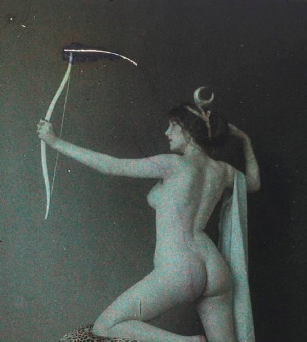 Photographe anonyme1. Femme posant nue avec un arc 1911. Autochrome ®SFP